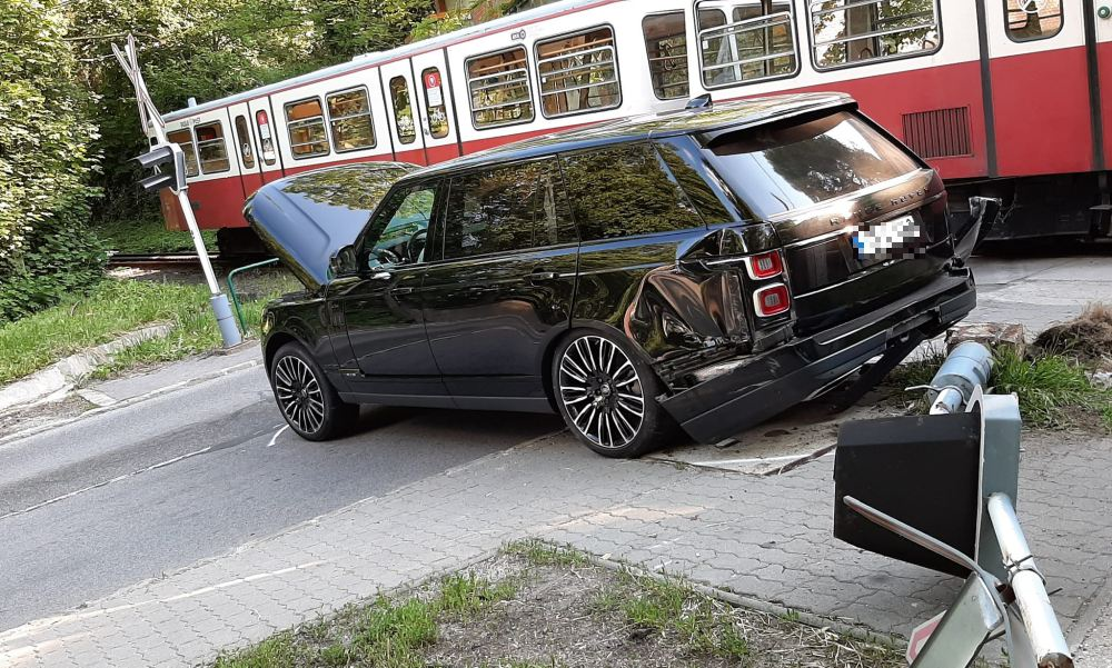 Fogaskerekűvel ütközött egy Range Rover