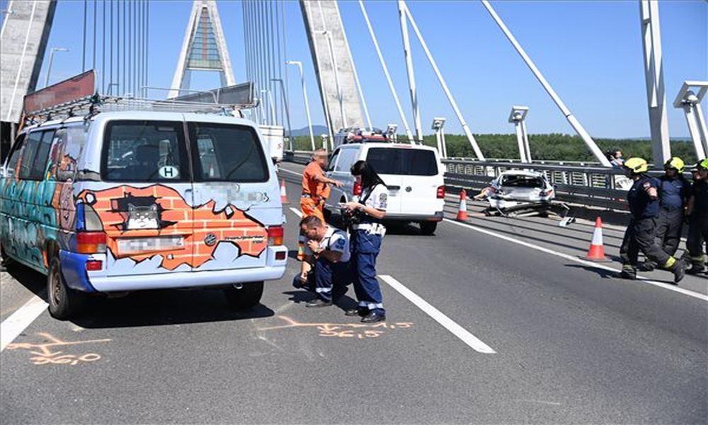 Horrorbalesetek: hárman ütköztek egymásnak a Megyeri hídon, Kecelen egy rokkantkocsis nénit gázoltak el – fotók