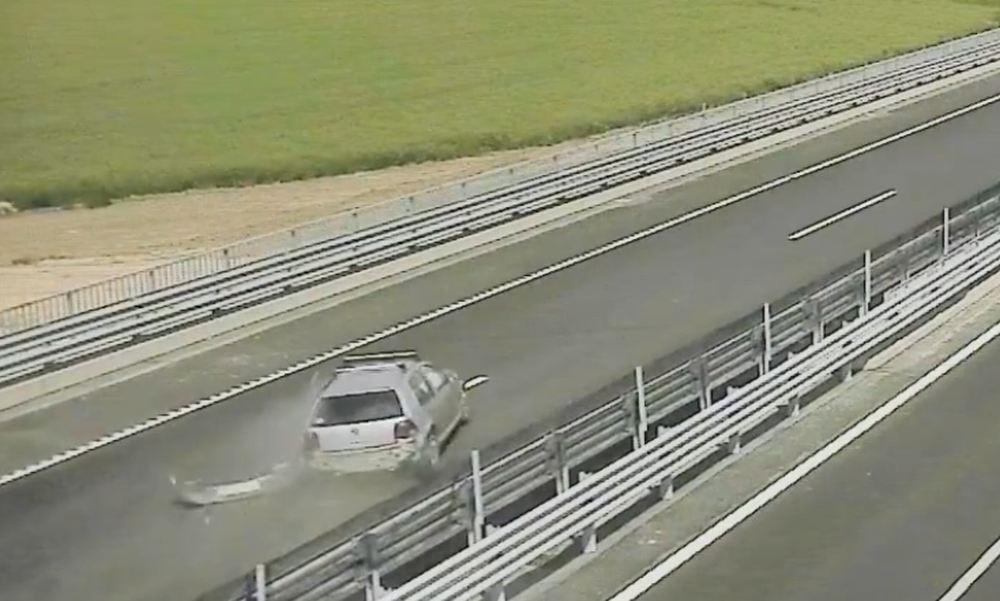 Videón, ahogy egy 80 éves férfi a forgalommal szemben hajt fel az M85-ösre