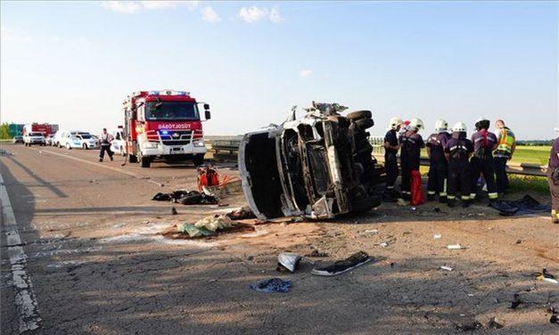 Szolnoki kamionbaleset: hárman meghaltak és tizenhárman megsérültek a tömegszerencsétlenségben