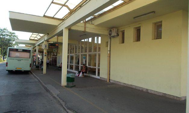 Drogos koldusok fosztogattak iskolásokat a buszpályaudvaron – a szülők könyörögtek a rendőröknek, hogy segítsenek