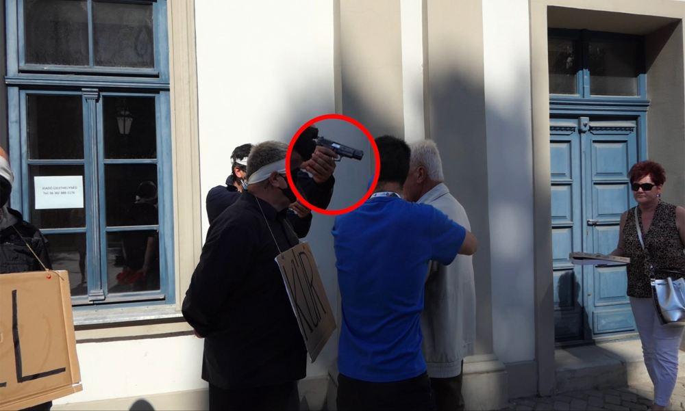 Fegyvert rántott egy ellentüntető Dobrev Klára egri kampányrendezvényén