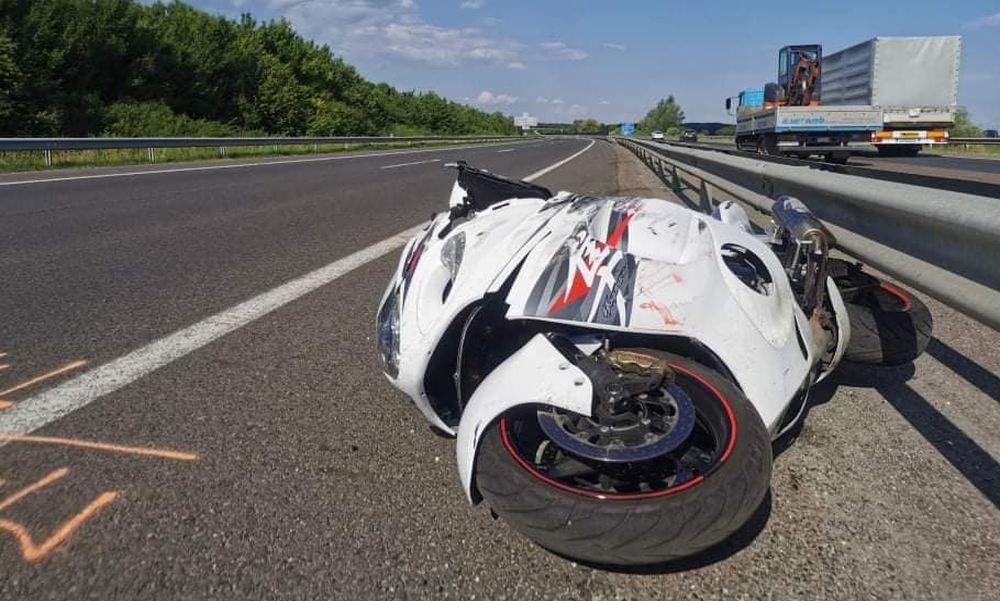 Brutális motorbalesetek történtek pénteken: a motorosok betonpillérnek és szalagkorlátnak ütköztek