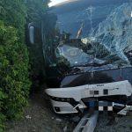 Rettenetes: teherautó ütközött egy Volán busszal Mezőörsnél, húszan megsérültek, egy ember meghalt – fotók
