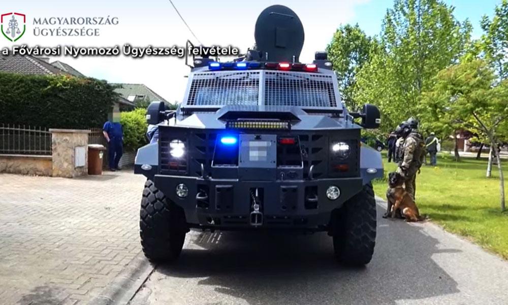 Hatalmas arzenállal vonult ki a hatóság elfogni a terroristát, jómódú környéket szálltak meg a fegyveresek