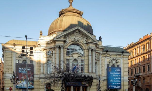 Felmászott egy férfi a Vígszínház épületére, majd lezuhant onnan