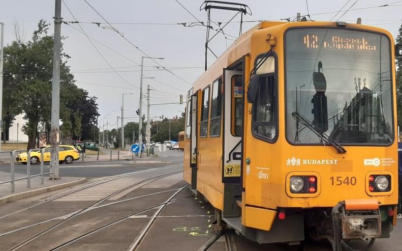 Villamos siklott ki Budapesten, így történt a baleset – Itt vannak a helyszíni fotók
