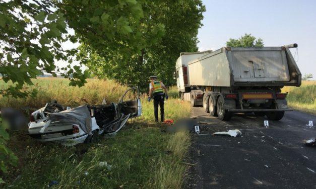 Tragédia Somogy megyében: teherautóval ütközött egy autós, a kocsi a felismerhetetlenségig összeroncsolódott, ketten meghaltak – Fotók a helyszínről