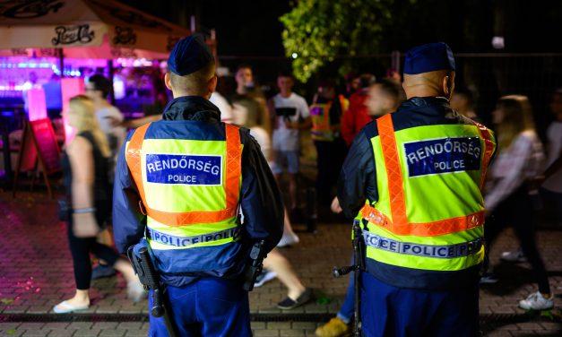Ittas vezetés, kábítószerbirtoklás és garázdaság: Razziáztak a rendőrök a siófoki Petőfi sétányon, közel egy tucat embert állítottak elő, volt aki ellen elfogatóparancs volt érvényben
