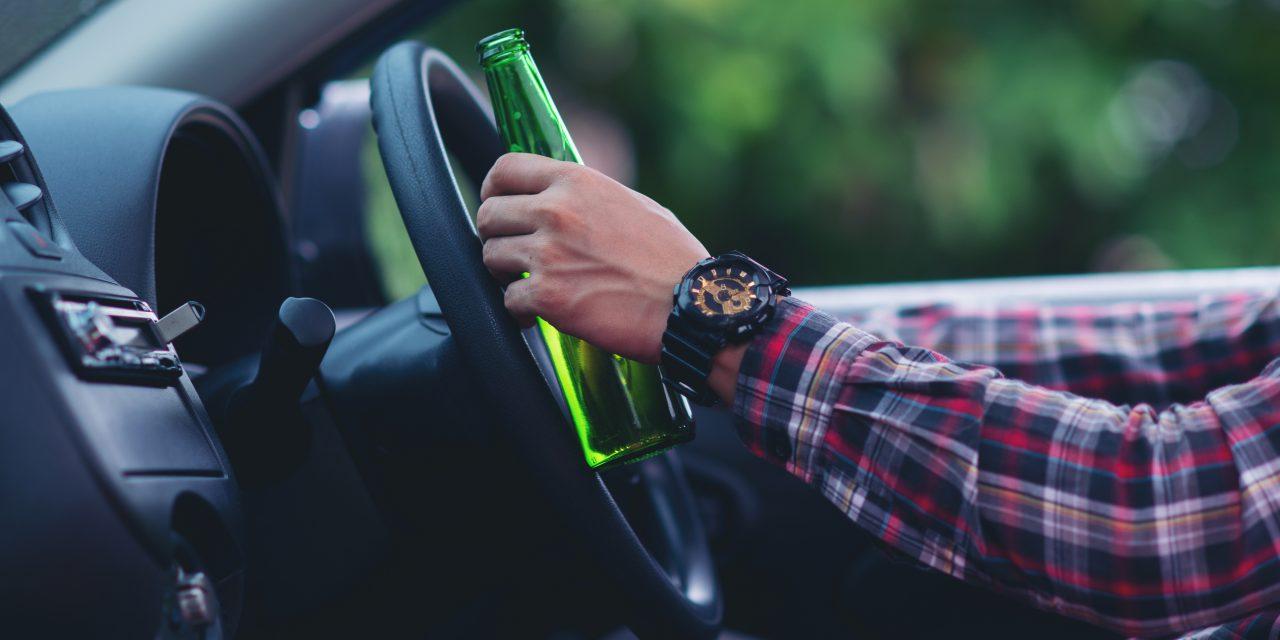 Hiába vették el a jogsiját, így is volán mögé ült a 27 éves paksi férfi – Piásan autózott, míg a zsaruk le nem kapcsolták