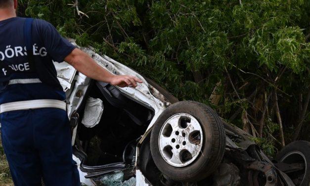 Lesodródott az útról majd felborult – Egy 19 éves fiatal fiú halt meg Turánál – fotók a borzalmas balesetről