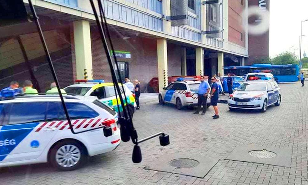 """""""Még a telefon fülhallgatója is rajta volt"""" – leesett az egyik budapesti bevásárlóközpont tetejéről egy fiatal férfi, az áldozat feltehetően önként végzett az életével"""