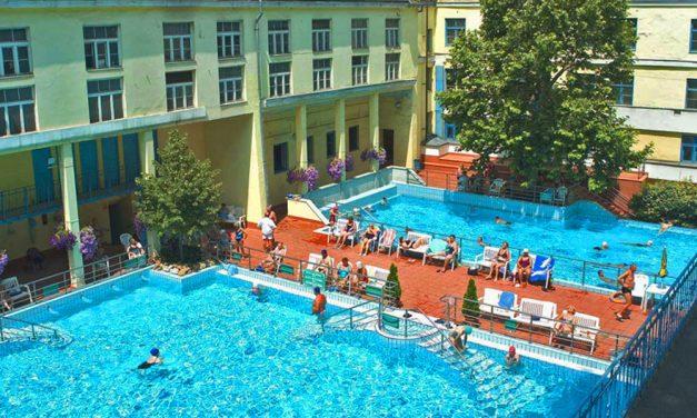 A medencében állt le egy vendég szíve és légzése az egyik budapesti gyógyfürdőben, az idős hölgy életéért a vendégek és az úszómester küzdött