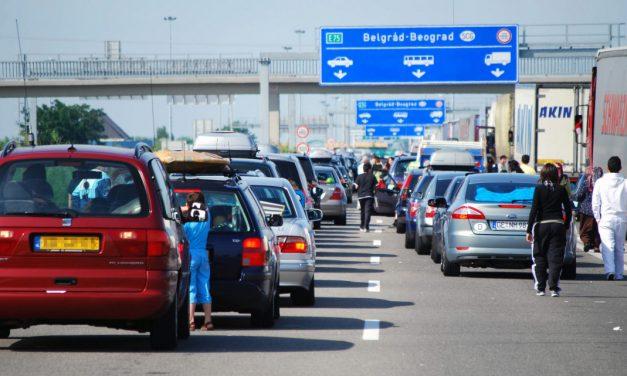 Meghalt egy ember a röszkei határátkelőn: nem bírta a szervezete a több órás várakozást a hőségben, óriási a torlódás a határátkelőn