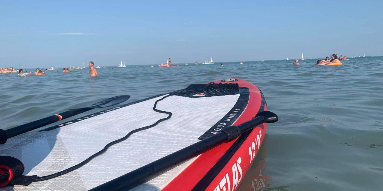 Eltűnt a Balatonban egy SUP-ozó kislány, akire egy rendőr talált rá: a gyerek rémülten, kimerülve ült az úszóeszközön