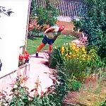 Pofátlan besurranó tolvajok vitték el a házaspár pénzét, amíg ők a kertben dolgoztak, itt a döbbenetes videó a lopásról