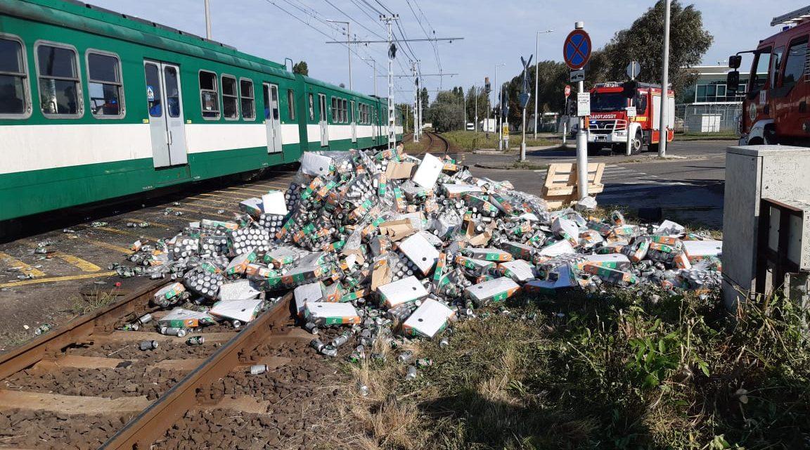 Karambolozott a HÉV Budapesten, üdítőket szállító kamionnal ütközött – Többen megsérültek, fotók a helyszínről