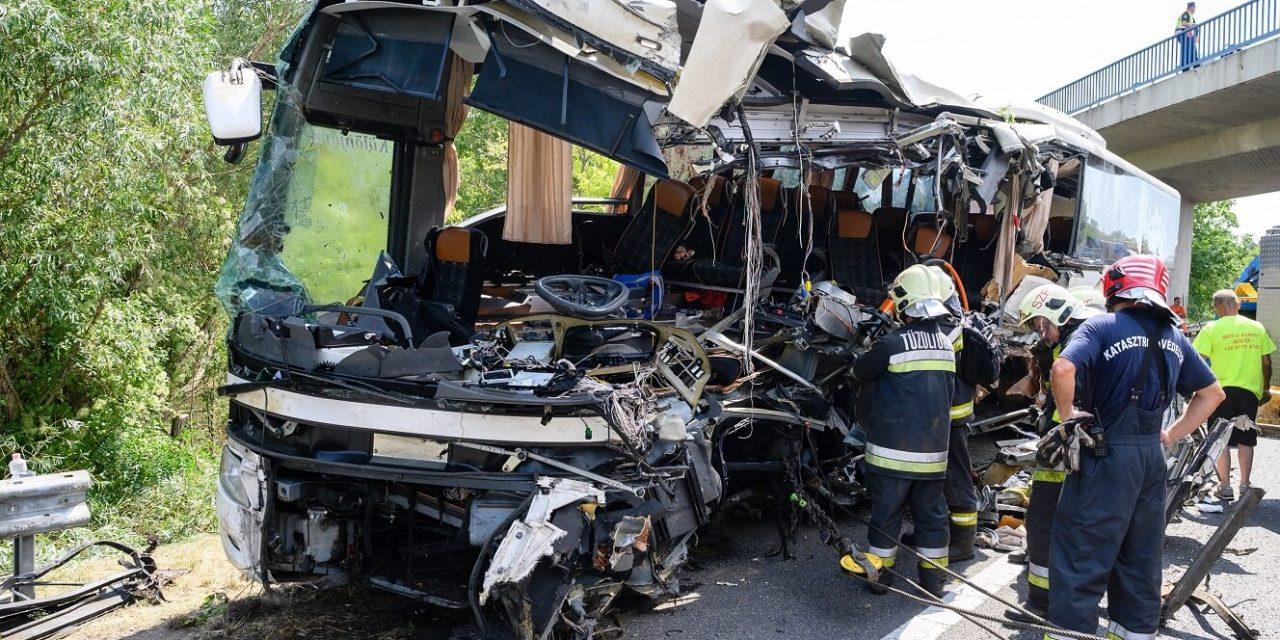 """""""Közeli hozzátartozóm is volt a buszon, sokkos állapotban vagyok"""" – megkezdődték az M7-esen történt buszbaleset áldozatainak azonosítását"""