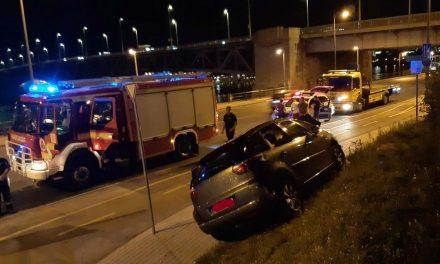 Csúnya baleset a Petőfi hídnál, kirobbant a légzsák, de ki tudtak szállni a tönkrevágott autóból az utasok