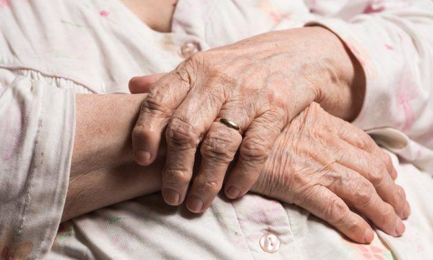 Ez a 29 éves fiatal férfi tört be a 91 éves nénihez: az éjszaka közepén kezdte el fojtogatni, lerántotta a földre és a pénzét követelte