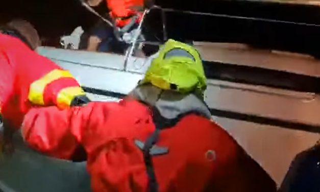 Drámai mentőakció a viharos Balatonon, rekorderős szél csapkodta a hajókat, a vízimentők kitettek magukért