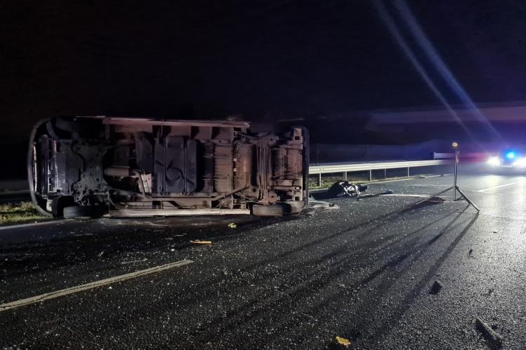 Fotókon az M6-oson történt brutális karambol – Ketten meghaltak, miután a kisbusz szalagkorlátnak rohant és felborult