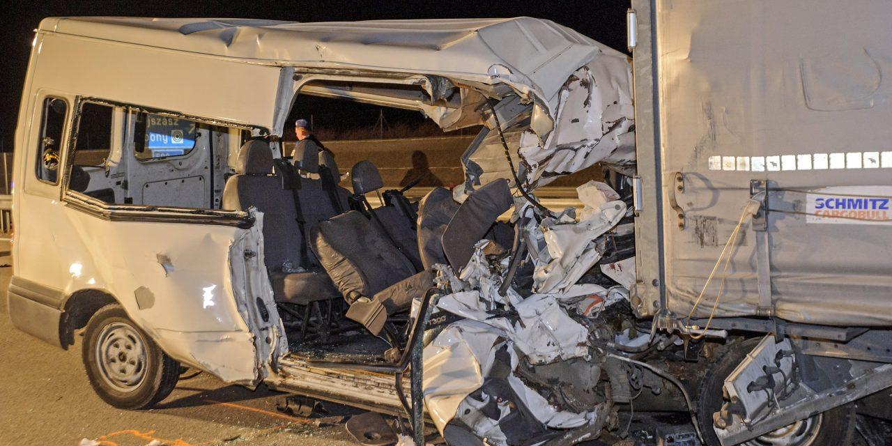 """""""Hiába próbáltam a sérültekkel beszélni, már semmire sem tudtak reagálni""""  – összeomlott az a kamionsofőr, akinek járművébe belerohant egy kisbusz, öten haltak meg"""