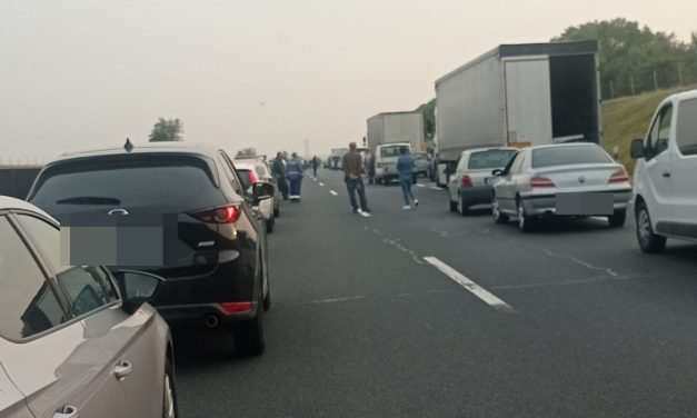 Brutális baleset az M6-os autópályán: szalagkorlátnak csapódott, majd felborult egy kisbusz – Három mentőhelikopter is a helyszínen