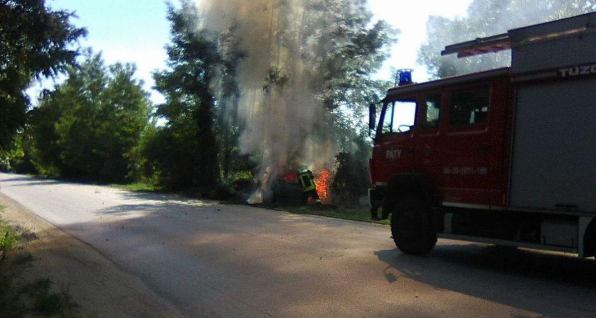 Kigyulladt egy autó Pest megyében – fotón, ahogy lángol a kocsi