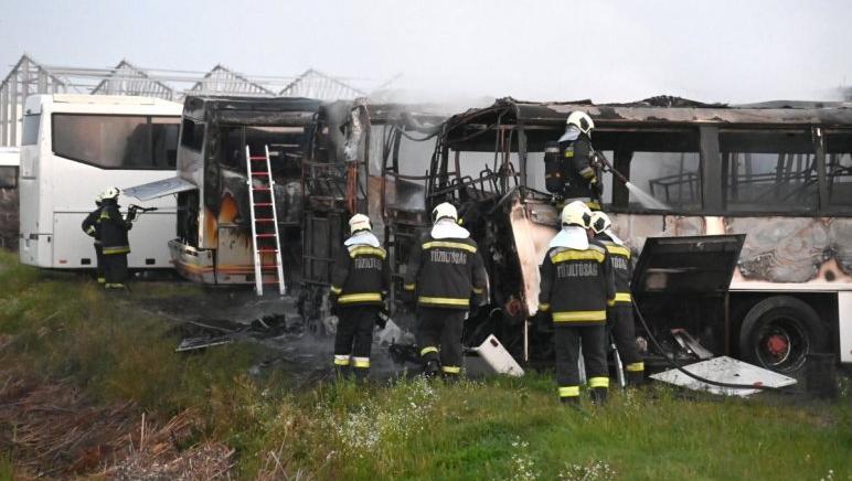 Autóbuszok égtek Dunavarsányban, rohantak a tűzoltók, sikerült eloltani a lángokat