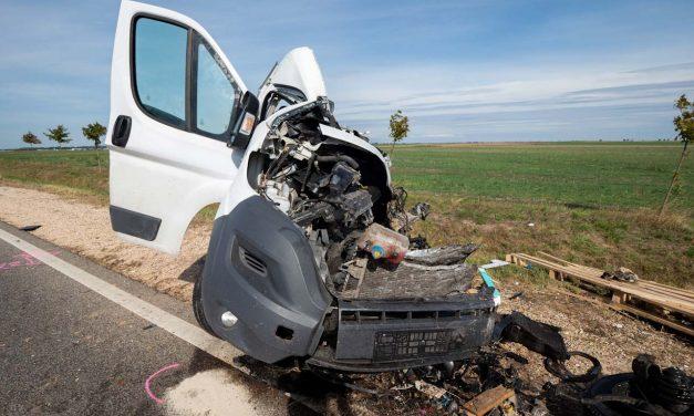 A mai napot se ússzuk meg halálos baleset nélkül, szinte semmi sem maradt a furgonból az ütközés után