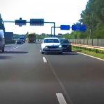 Suttyó módon előzött a BMW-s az M0-án, az ilyesmit még a Forma1-ben is tiltják
