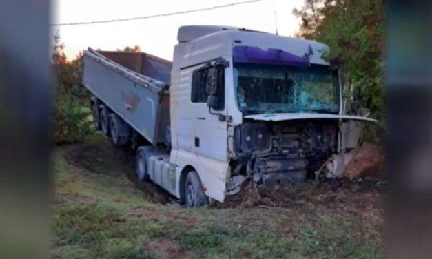 """""""Fel sem merült bennünk, hogy ott fekszik tőlünk néhány méterre a halott édesapánk"""" – sofőr nélkül rohant több telken keresztül az elszabadult kamion, miután a sofőr kizuhant a vezetőfülkéből"""