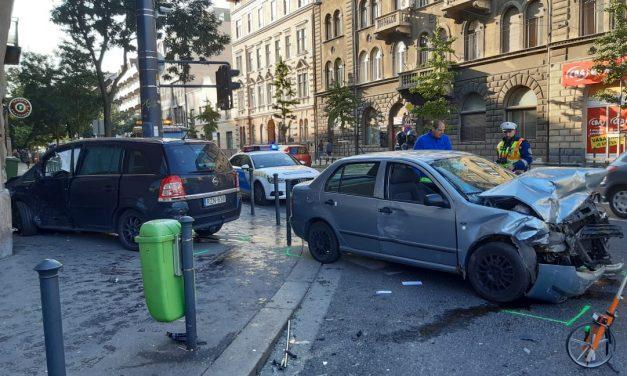 A Dózsa György út megint vonzotta a bajt, hatalmas csattanással a falon állt meg az autó