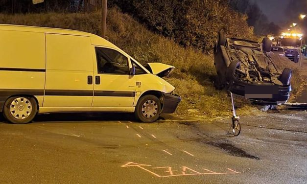 Csúnya baleset Budapesten: Furgon és autó csattant egymásba, az Opel a feje tetején állt meg – Fotók a helyszínről