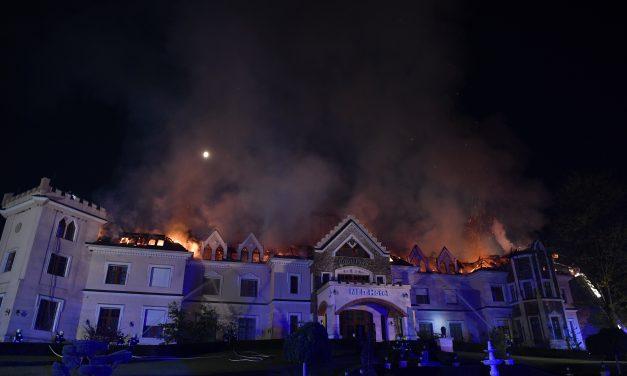Lángol egy hotel Tamásipusztán – Fotók a helyszínről