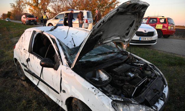 Lesodródott az útról és felborult egy autó Abonynál, a 46 éves sofőr szörnyethalt – Fotók a helyszínről