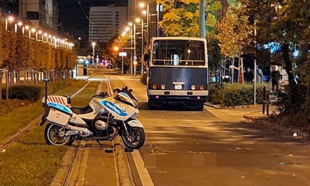 Összetört bukósisak, súlyos koponyasérülés, levágott ruha – rendőrtársai kezdték meg a mentését a fociszurkolók buszait biztosító balesetet szenvedett rendőrmotorosnak – Fotók