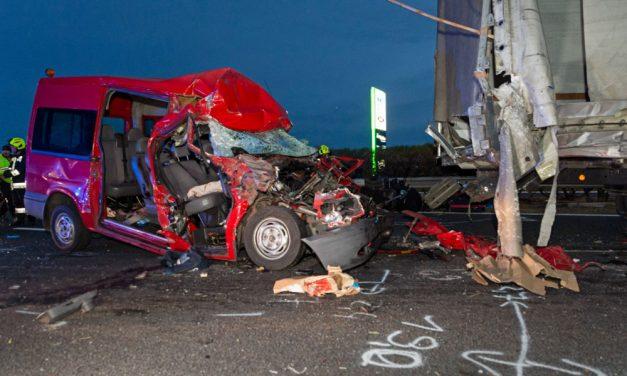 Sokkoló baleset az M1-esen: öten meghaltak, amikor egy teherautóba rohant egy kisbusz