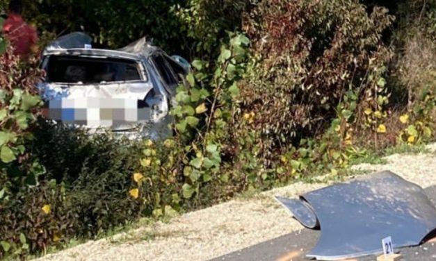 Lesodródott és felborult egy autó Faddnál: anya és lánya haltak meg – Fotók a baleset helyszínéről