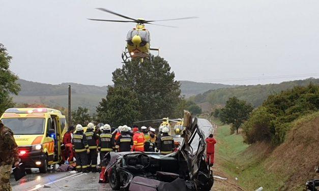 Tragédia Siófoknál: három húsz év körüli fiatal halt meg a balesetben, ketten válságos állapotban vannak