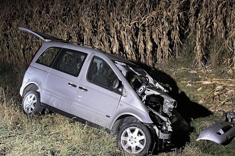 Brutális baleset Érdnél, két autó frontálisan ütközött – A Mercedes átzuhant a szalagkorláton és az árokban landolt, a 38 éves sofőrnek esélye sem volt – Fotók a helyszínről
