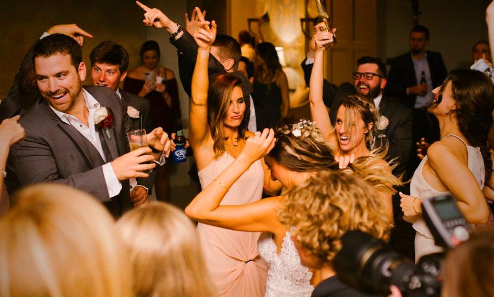 Dráma a lakodalomban: Elcsúszott a menyasszony a táncparketten és eltörte a karját, beperelte az esküvői helyszínt