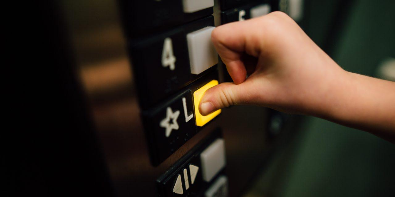 Házról házra járt a liftben támadó tolvaj Angyalföldön