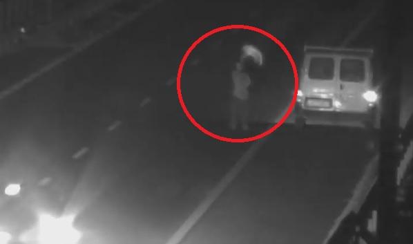 Lerobbant az autójuk az M0-áson, láthatósági mellényt lóbálva próbáltak segítséget kérni – Csaknem a halálba integették magukat – Videón a döbbenetes jelenetek