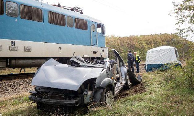 Halálos baleset: vonat és egy autó ütközött össze a vasúti átjáróban, azonnal szörnyethalt a sofőr